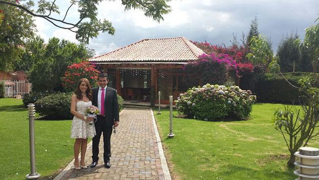Angela Villa y Javier Buenaventura se conocieron en una fiesta  del Club de Amigos y ahora son una hermosa familia.